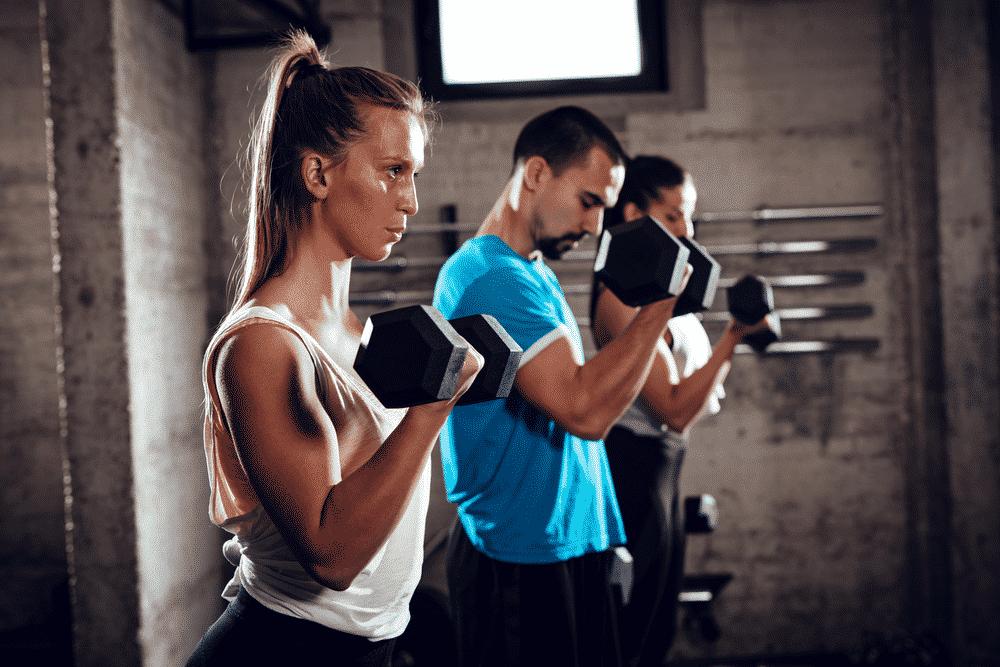 5 ejercicios para pecho y brazos